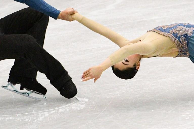 Miu Suzaki, tenuta da Ryuichi Kihara, durante il Trofeo NHK a Hiroshima (10 novembre)