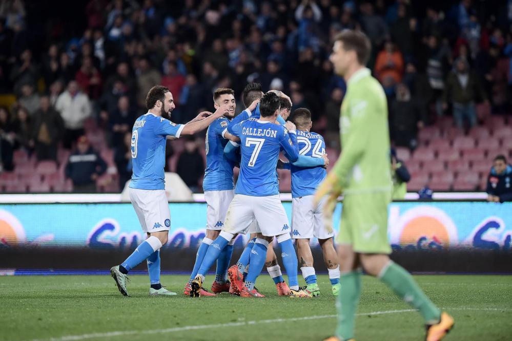 Il Napoli supera il Chievo in rimonta e aggancia momentaneamente la Juve in testa alla classifica. Al San Paolo finisce 3-1 per la squadra di Sarri, che va sotto dopo due minuti (destro di Rigoni) ma è brava a ribaltare il risultato già nel primo tempo: Higuain, servito da Ghoulam, pareggia al 6'; Chiriches infila il 2-1 di testa al 38'. Nella ripresa i partenopei chiudono la gara al 70' grazie alla rete di Callejon.