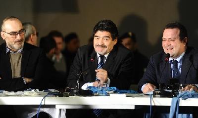 Diego Maradona con i suoi avvocati, Ansa