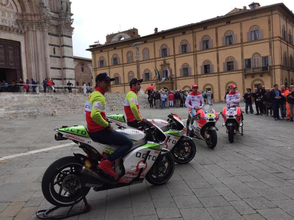 MotoGP, la Ducati sfila a Siena
