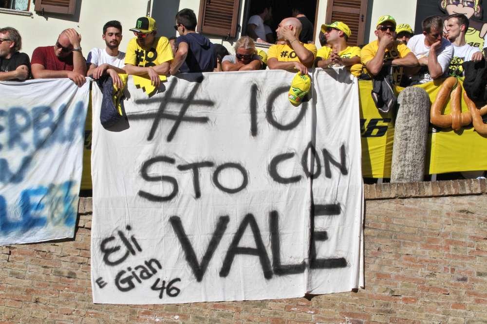 """Tavullia celebra lo stesso Rossi: """"Vale ha vinto, Lorenzo è solo"""""""