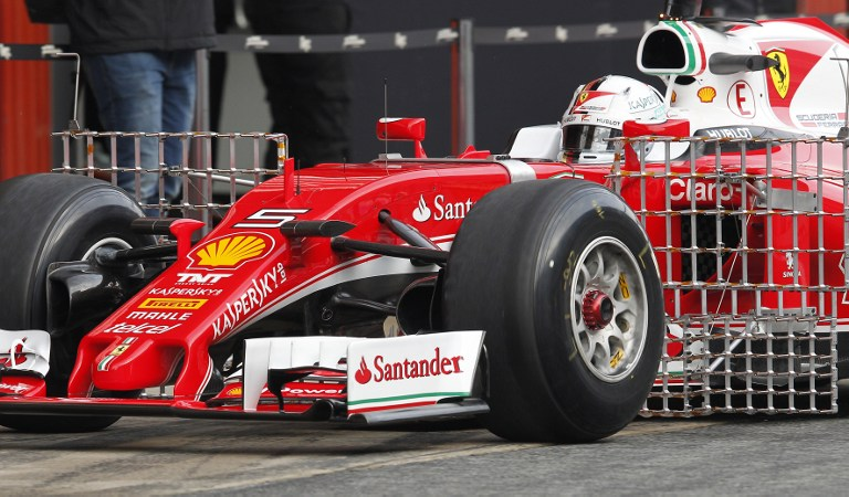 E' iniziata poco dopo le 9 la stagione della Ferrari SF16-H. Dopo il filming-day domenicale, la nuova creatura di Maranello è scesa in pista a Barcellona nella prima delle quattro giornate di test in vista del Mondiale di F1. Al volante il tedesco Sebastian Vettel, che ha di fatto iniziato il suo duello con Lewis Hamilton, anch'egli al debutto al volante della rinnovata Mercedes. Con loro le altre scuderie della griglia, capitanate da Red Bull, McLaren e Williams.