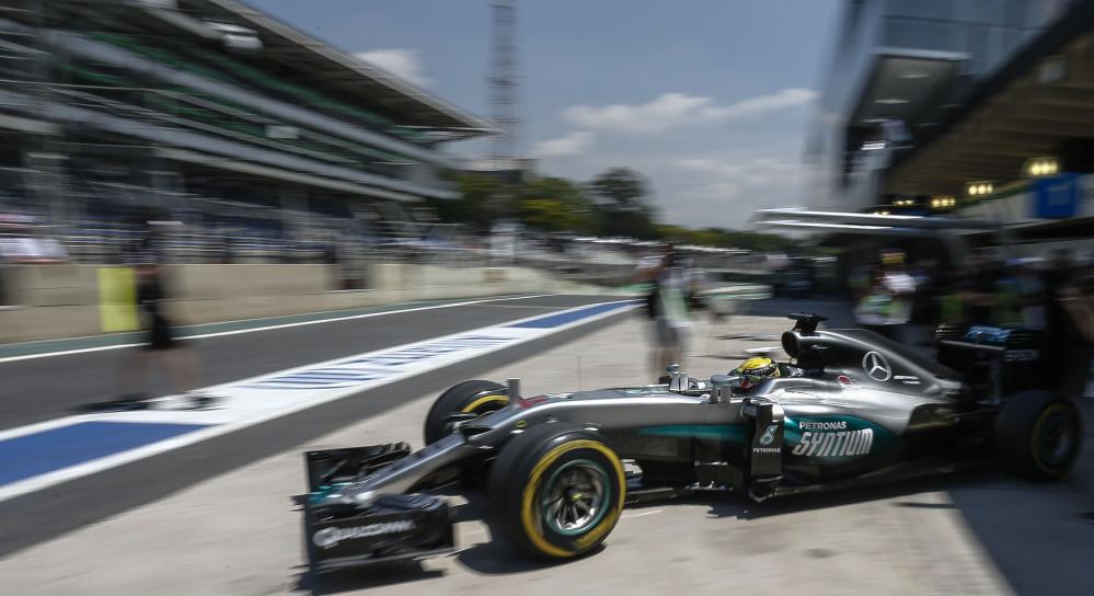 Venerdì di libere a Interlagos all'insegna delle Mercedes, con Lewis Hamilton primo in entrambe le sessioni. La Ferrari è lontana, dietro sia alla Red Bull che alla Williams.