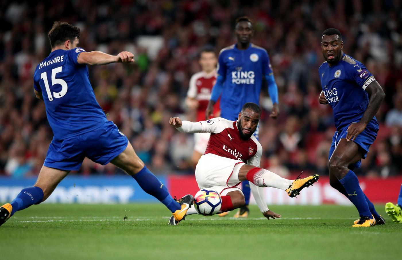 La Premier League è iniziata con i fuochi d'artificio dell'Emirates dove l'Arsenal ha battuto in rimonta 4-3 il Leicester con due gol nei minuti finali. Immediato vantaggio firmato da Lacazette al 2' subito pareggiato da Okazaki. Poi si scatena Vardy con una doppietta intervallata dalla rete di Welbeck al 45'. Tra l'83' e l'85' i cambi di Wenger decidono il match: prima il pareggio di Ramsey con una giocata in area, poi l'incornata di Giroud.