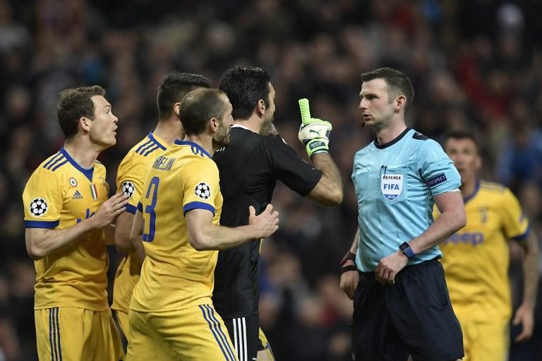 Minuto 93 di Real Madrid-Juventus. L'arbitro Oliver assegna un rigore ai padroni di casa per un contatto Benatia-Lucas Vazquez. Rigore dubbio e Gi...