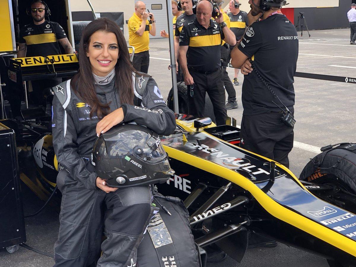 F1, pilota araba in pista a Le Castellet