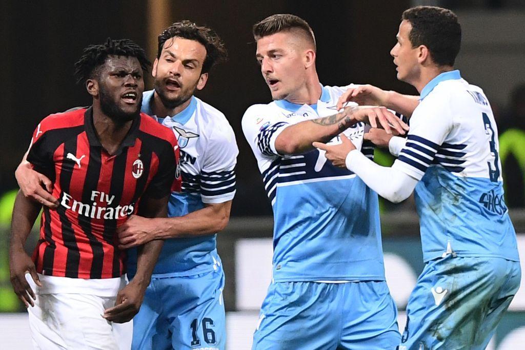 Alta tensione al termine di Milan-Lazio: al triplice fischio di Rocchi scoppia una zuffa al centro del campo tra i giocatori. Tra i più agitati Kessie...