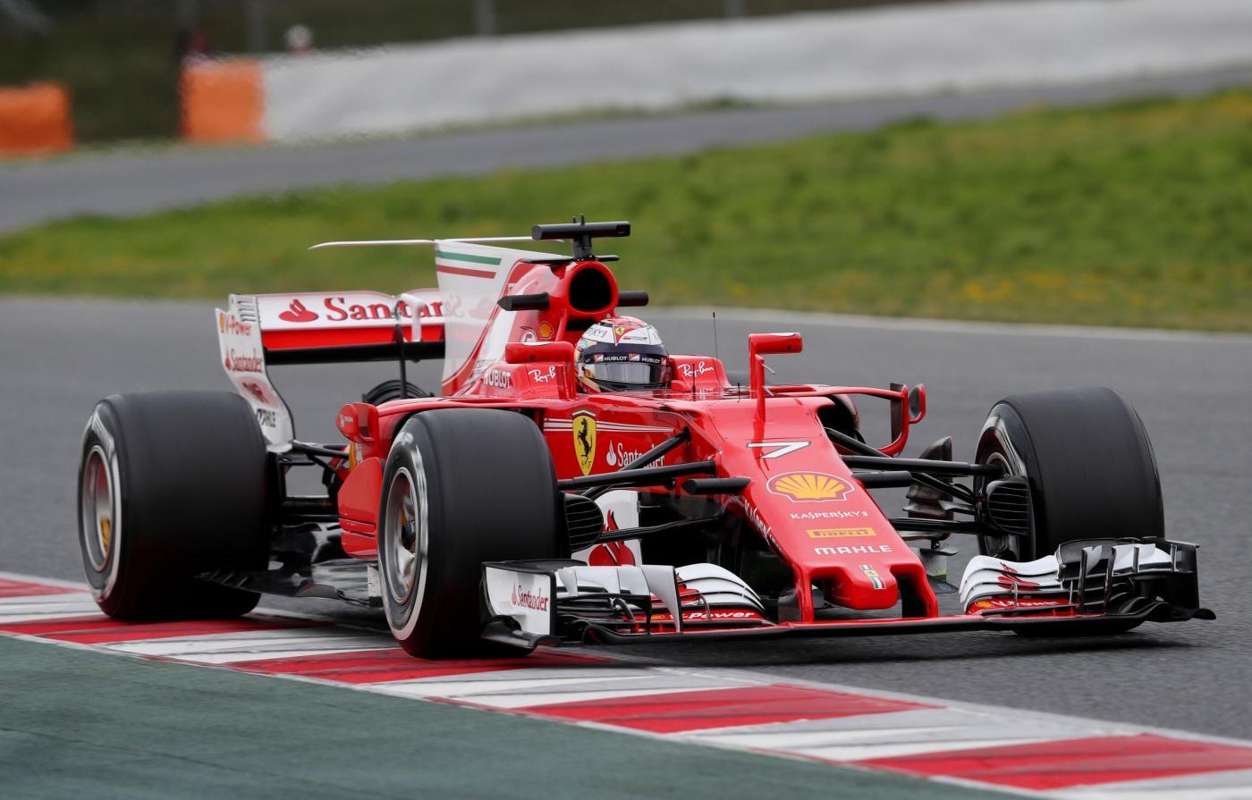 """E' un testa a testa tra Ferrari e Mercedes in questi primi test invernali di Formula 1 a Barcellona. Sul circuito del Montmelò la seconda giornata si chiude con Kimi Raikkonen davanti a Lewis Hamilton: il finlandese, secondo al mattino, produce lo scatto decisivo nella sessione pomeridiana fermando il cronometro sull'1'20""""960 e staccando il britannico di soli 23 centesimi. Staccati gli altri, con Verstappen terzo davanti a Magnussen."""