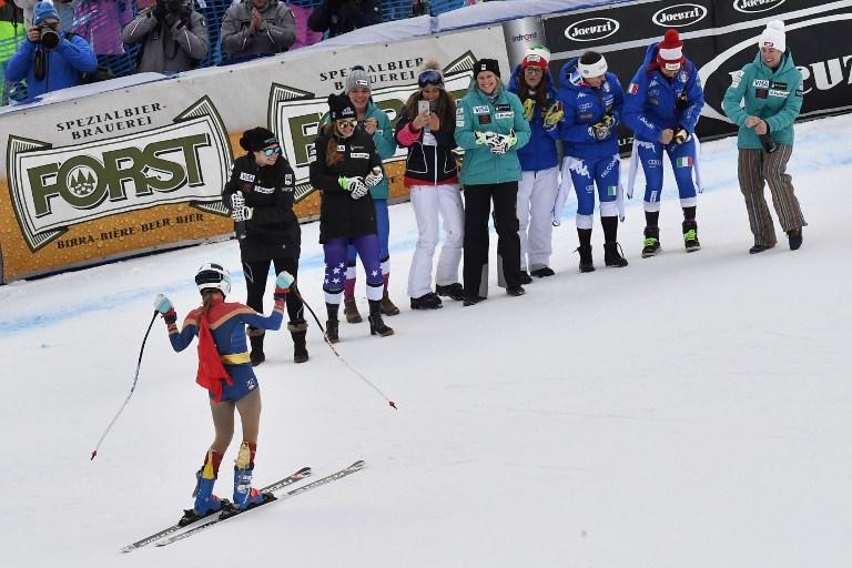 Pettorale 31 e con una mantellina rossa da Wonder woman, la statunitense Julia Mancuso ha dato a 33 anni l'addio alle gare nella discesa di Cortina d'Ampezzo. Per lei - californiana di origini siciliane - è stata la 399 gara di una carriera che l'ha vista vincere sette volte e soprattutto conquistare l'oro olimpico in gigante a Torino 2006. Per molti anni - amiche ma anche rivali in gara - Julia e Lindsey Vonn sono state il simbolo vincente dello sci Usa. All'arrivo l'americana è stata festeggiata dalle altre atlete