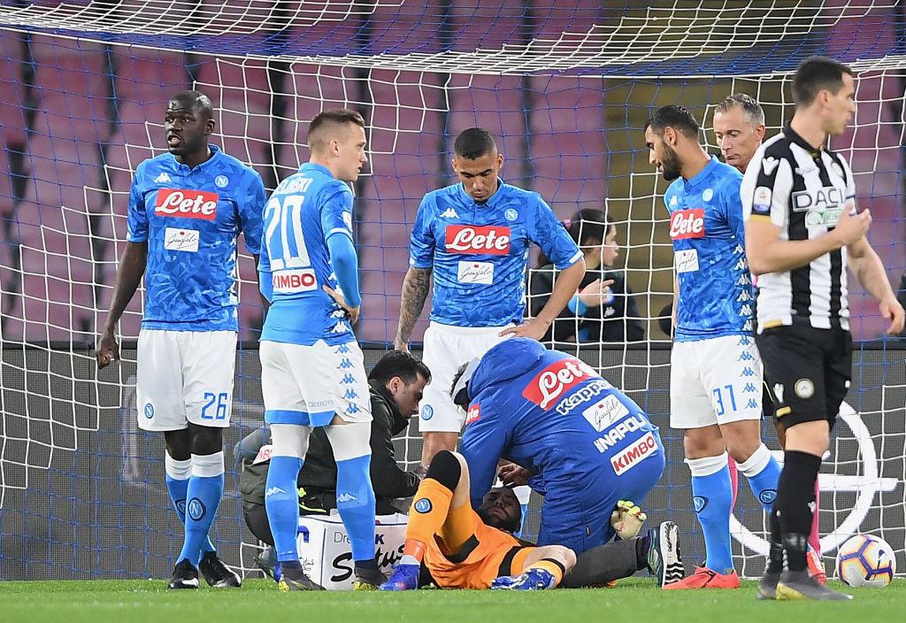 Nel primo posticipo della 28a giornata di Serie A, il Napoli batte 4-2 l'Udinese, si porta a -15 dalla Juventus e consolida il secondo posto. Sembra tutto facile per gli azzurri, che vanno sul 2-0 grazie al primo gol in Serie di Younes (17') e alla rete di Callejon (26'). A Koulibaly e compagni si spegne la luce tra il 30' e il 36' e i friulani prima accorciano con Lasagna e poi pareggiano con Fofana. Nella ripresa il colpo di testa vincente di Milik (57') e il sinistro di Mertens (70'). Paura per Ospina, trasportato in ospedale.