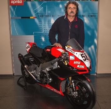Paolo Simoncelli con l'Aprilia Superbike di Marco