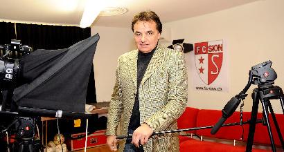 Il presidente del Sion (Svizzera) aggredisce in campo un commentatore tv
