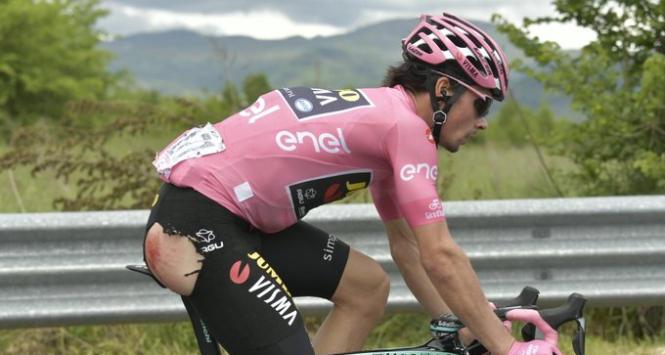 Giro d'Italia, cade la maglia rosa: escoriazioni al gluteo per Roglic