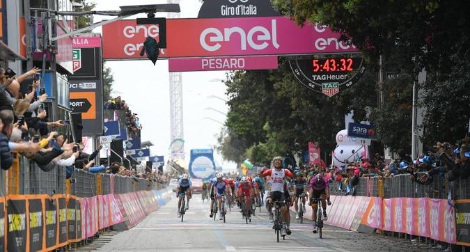 Giro d'Italia 2019: ottava tappa a Ewan, battuto Viviani