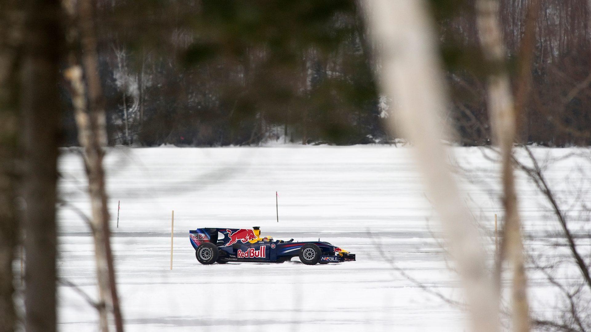 Nel 2010 Sebastian Buemi guida la Red Bull sul lago ghiacciato nel Northern Quebec.