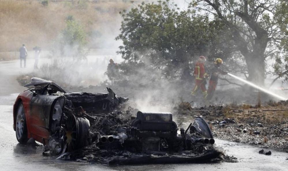 La Ferrari di Banega incendiatasi nel luglio 2012 mentre andava agli allenamenti.