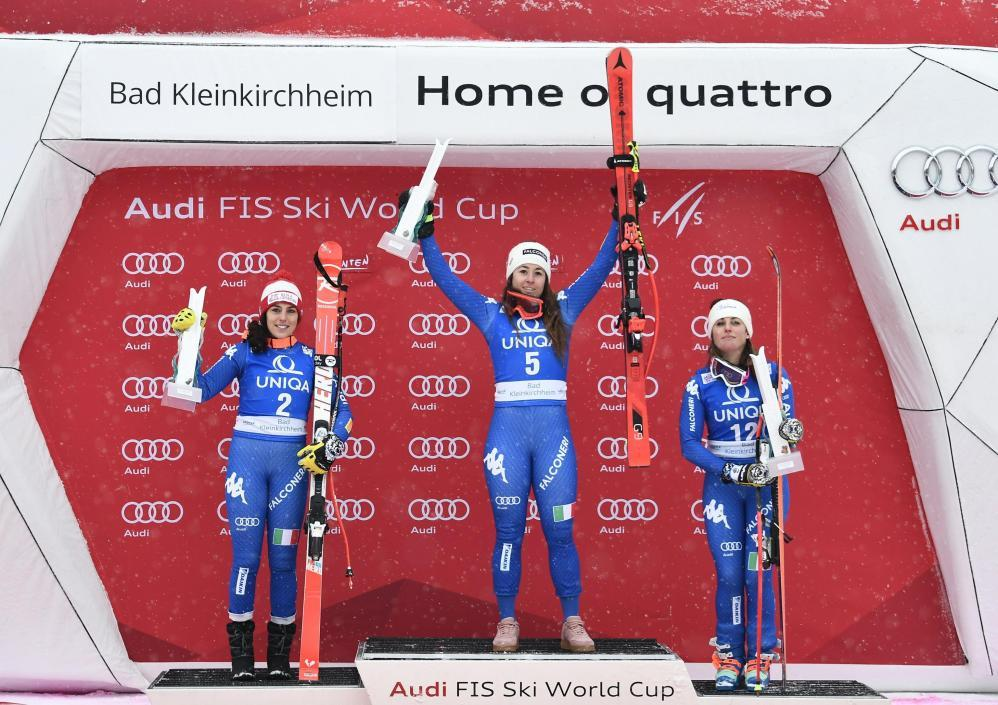 """Le azzurre dello sci riscrivono la storia: a Bad Kleinkirchheim nella discesa trionfa Sofia Goggia, davanti a Federica Brignone e a Nadia Fanchini. Un podio tutto azzurro, una tripletta che non si era mai verificata nella storia dello sci femminile italiano in discesa. Le azzurre hanno dominato, con la Goggia che ha rifilato distacchi abissali a tutte: +1""""10 alla Brignone, +1""""45 a Nadia Fanchini.  Si avvicinano le Olimpiadi e lo sci azzurro decolla. Dopo la coppa del mondo di specialità vinta da Fill in combinata, il weekend di sci azzurro si tinge di un rosa intenso, intensissimo, come mai era successo. Sabato il successo di Federica Brignone in Super-G, ora una incredibile tripletta. Sofia Goggia ha vinto la discesa di Bad Kleinkirchheim davanti a Federica Brignone e a Nadia Fanchini: per la prima volta il podio di una discesa femminile si è tinto tutto di rosa. Una giornata incredibile, che ha bissato quella fantastica tripletta in Gigante ad Aspen nel marzo 2017, quando vinse la Brignone davanti a Goggia e Bassino.  In Gigante le triplette nella storia dello sci azzurro femminile erano state due: oltre a quella di Aspen la prima volta fu in Norvegia, il 2 marzo 1996: vinse Deborah Compagnoni davanti a Sabina Panzanini ed Isolde Kostner. Mai, però, si era verificato in discesa."""