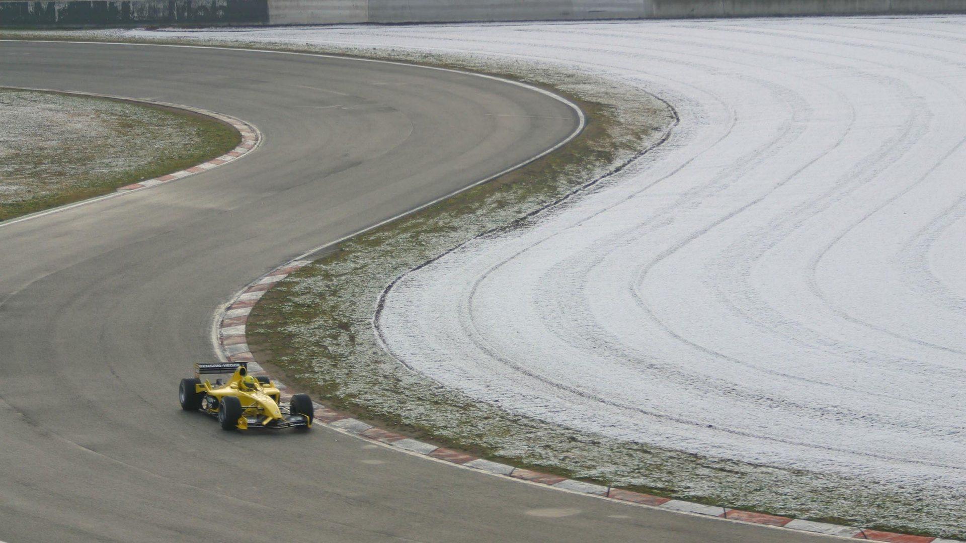 Non è la prima volta che la neve si manifesta a Barcellona durante una sessione di test. Nel febbraio del 2003 Ralph Firman guida la sua Jordan circondato dalla neve fuoripista.