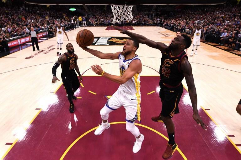 Golden State si conferma ancora una volta la più forte dell'intera Nba. In gara-4 i campioni in carica strapazzano Cleveland con un sonoro 108-85 e mettono le mani sul secondo anello consecutivo chiudendo la serie sul 4-0. Si concede il bis a un anno di distanza anche Kevin Durant, che viene premiato miglior giocatore delle Finals. Delusione per LeBron James, costretto ancora una volta ad assistere al trionfo dei Warriors.