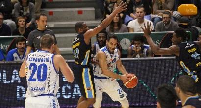 Basket, Serie A: Cremona gode con Holloway, crisi Sassari