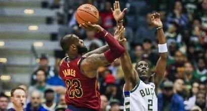Basket, Nba: LeBron stende Antetokounmpo, rimonta Warriors