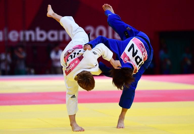 Bokyeong Jeong (bianca) contro Ami Kondo nella fine di judo 48 kg durante i Giochi Asiatici (29 agosto)