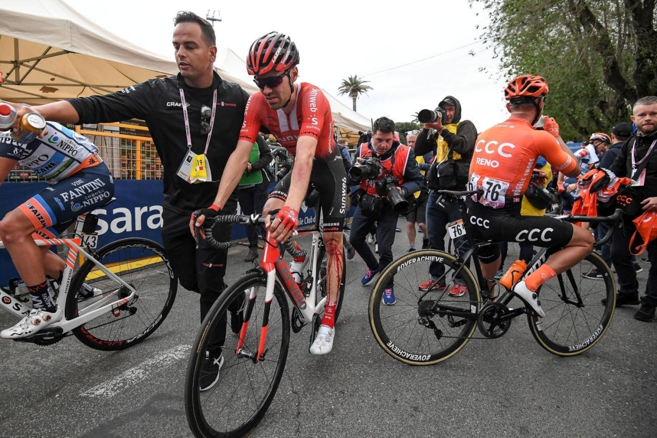 Giornata da dimenticare per Dumoulin al Giro. L'olandese è rimasto coinvolto in una caduta a pochi Km dal traguardo, riportando una profonda ferita al...