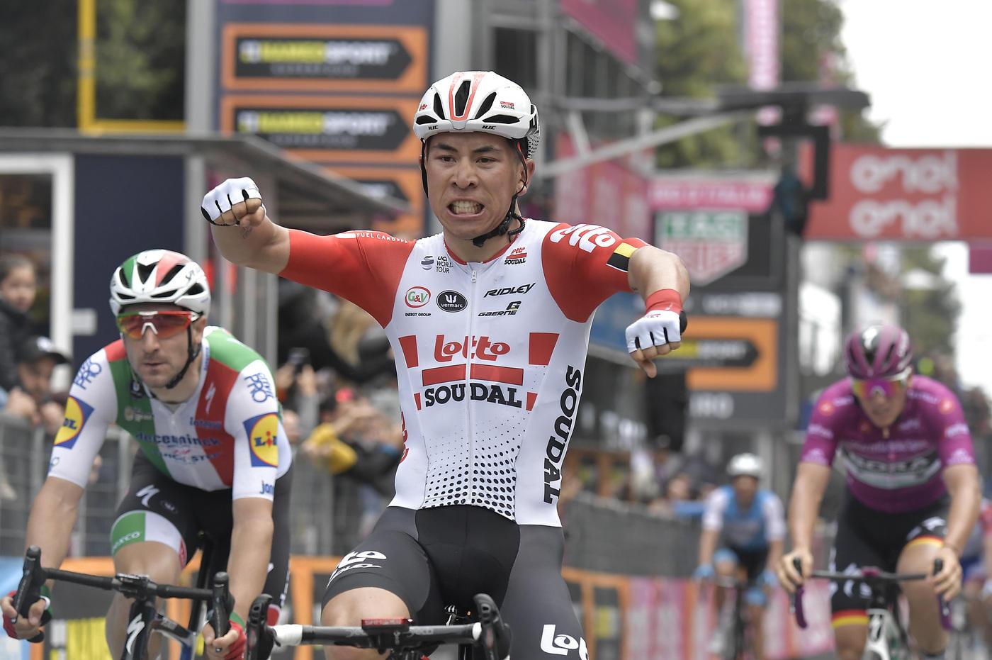 Caleb Ewan vince l'ottava tappa del Giro d'Italia 2019, la più lunga di questa 102esima edizione (239 km). L'australiano della Lotto Saudal taglia per...