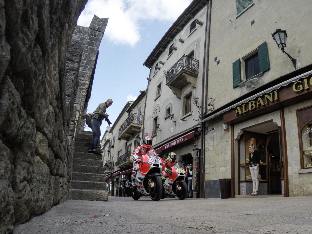 Alla vigilia del weekend della MotoGP a Misano, la Ducati è scesa in strada a San Marino. Andrea Dovizioso e Andrea Iannone hanno inforcato le loro moto per un giro dimostrativo per le storiche vie della piccola Repubblica del Titano.