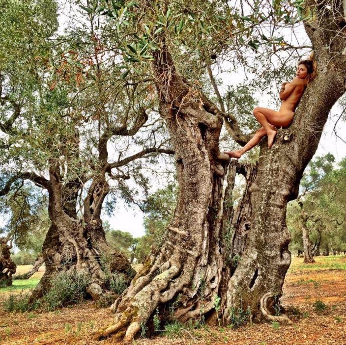 Naike Rivelli fa la trave in topless | Foto - Sportmediaset
