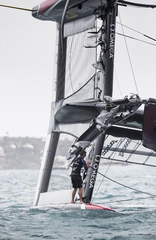 """Attimi di grande paura per l'equipaggio di Team New Zealand impegnato nelle semifinali di Louis Vuitton Cup. Prima del vita della quarta sfida contro Land Rover BAR, lo scafo neozelandese si è ribaltato per il forte vento. Tre uomini dell'equipaggio, timoniere incluso, sono riusciti a restare sullo scafo fuori dall'acqua, gli altri 3 sono volati in acqua fortunatamente senza conseguenze. Qualche momento più tardi, l'equipaggio ha comubnicato via radio al direttore di regata: """"Tutti gli uomini stanno bene, dobbiamo solo sistemare la barca"""".<br /><br />"""