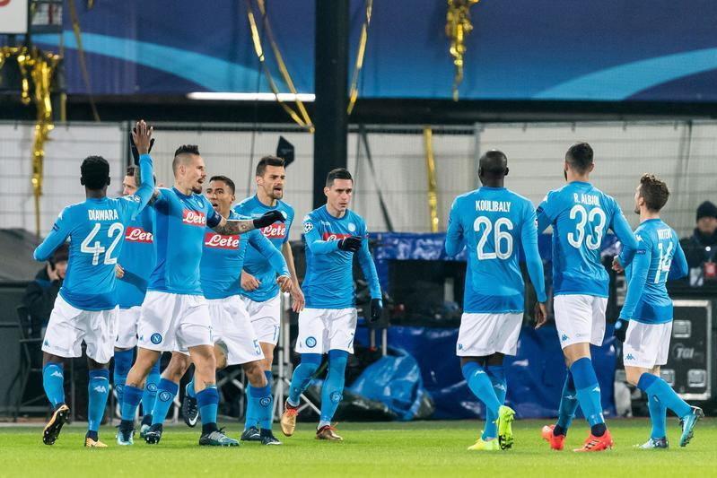 Il Napoli è stato eliminato dalla Champions League. Niente miracolo per gli azzurri di Sarri che, non aiutati dal Manchester City sconfitto dallo Shakhtar Donestk, hanno raccolto la terza sconfitta in trasferta nel girone. Al De Kuip, dopo l'immediato vantaggio di Zielinski al 2', ha vinto il Feyenoord 2-1 con le reti di Jorgensen al 33' e di St Juste al 90'. Il Napoli sarà la quarta squadra italiana in corsa in Europa League.<br /><br />