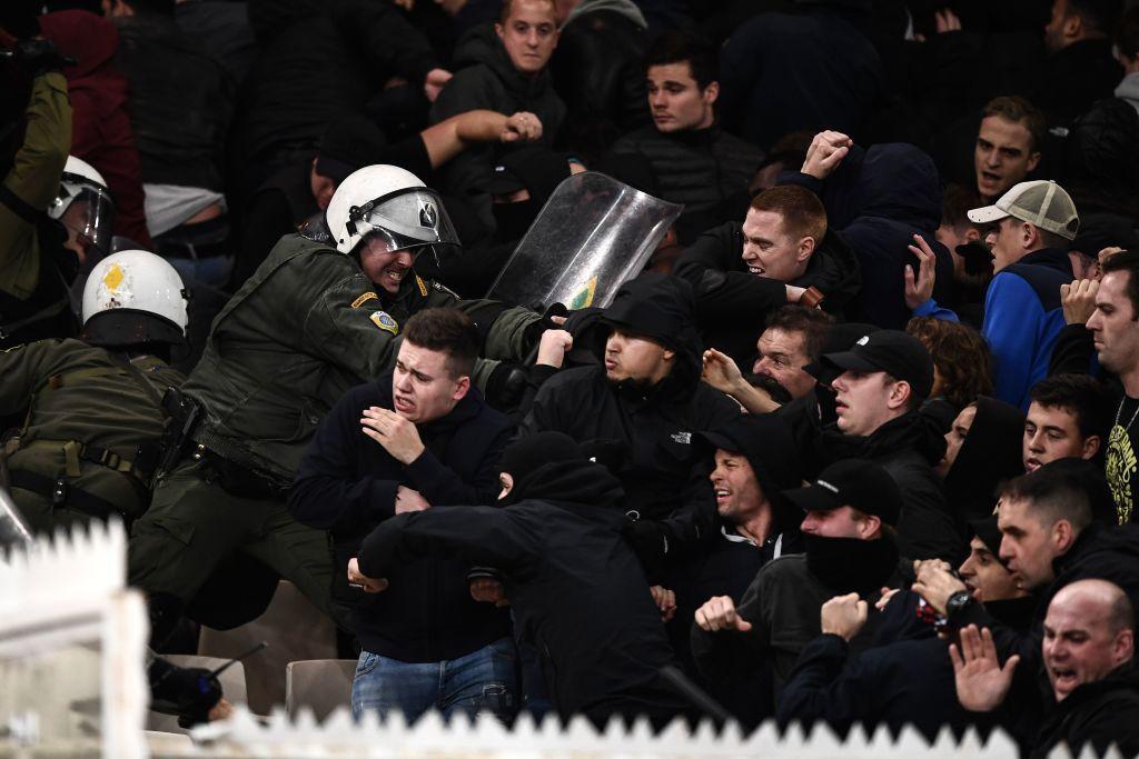 Grande tensione nella capitale greca alla vigilia e durante il match, solo l'intervento della polizia ha evitato il peggio. Il bilancio è di 11 feriti. La Uefa apre un'indagine: l'Aek rischia pesanti sanzioni.