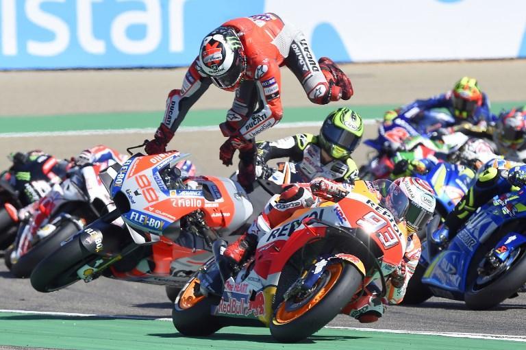 Jorge Lorenzo vola dalla sua Ducati durante il GP di Aragona (23 settembre)