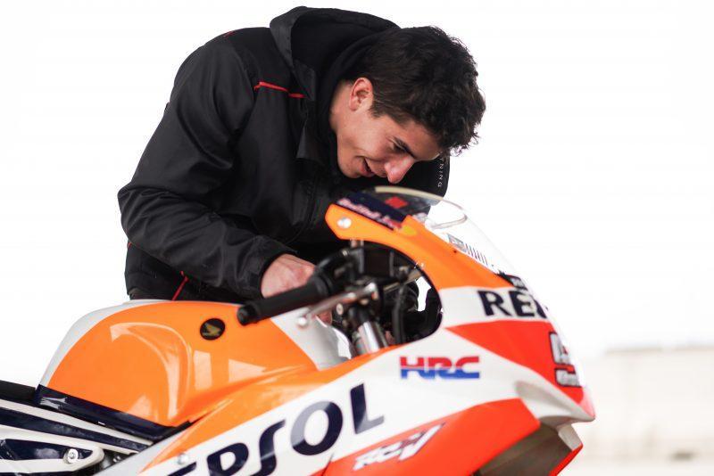 """A quasi due mesi dall'intervento alla spalla infortunata, Marc Marquez è tornato in sella. Lo ha fatto con una """"minibike"""" su una pista non lontano da casa come rodaggio in vista del primo test ufficiale della stagione MotoGP, previsto dal 6 all'8 febbraio a Sepang."""