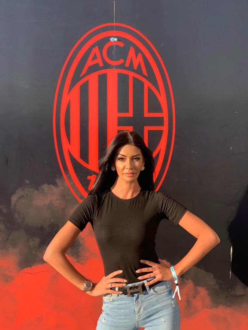 La modella romena fa impazzire i tifosi rossoneri a San Siro e quando c'è lei allo stadio la squadra di Gattuso non perde mai. Ci sarà anche col Frosinone?