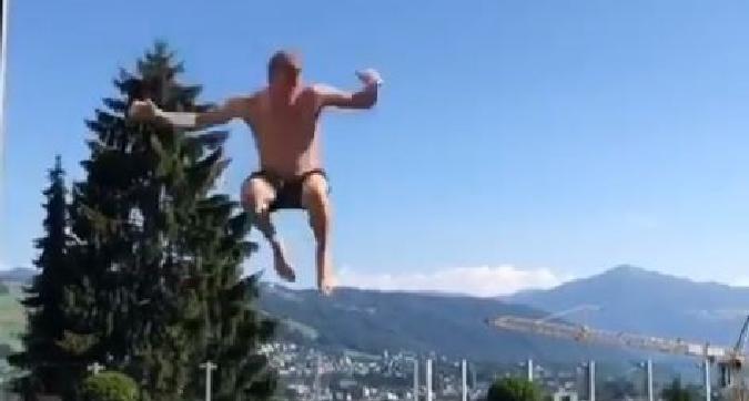 F1, Raikkonen spericolato: si arrampica su una parte e si tuffa in piscina