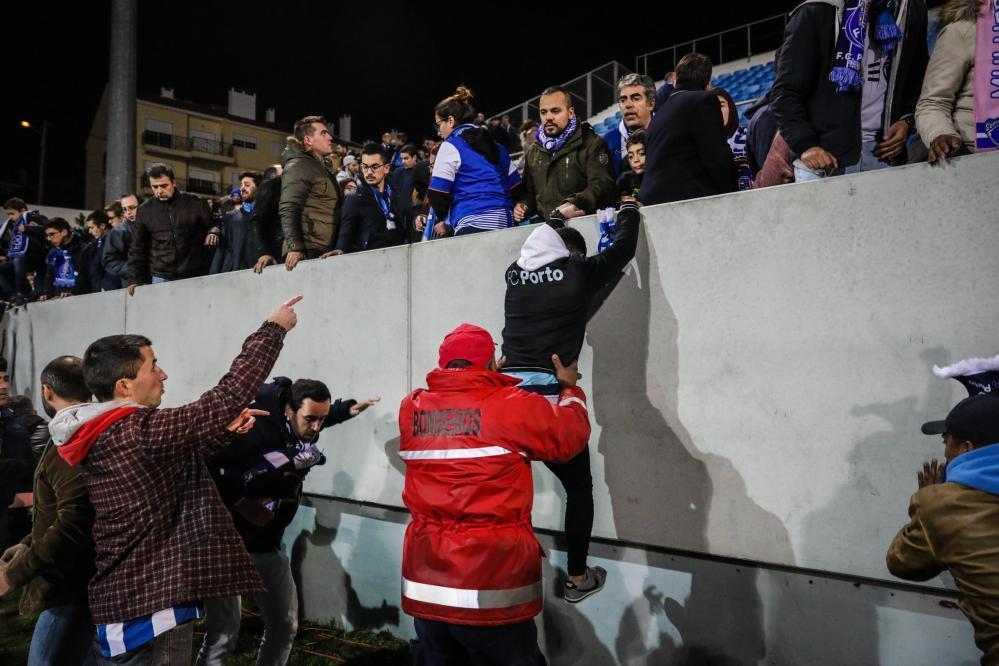 Il match del campionato portoghese tra Estoril e Porto è stato sospeso a fine primo tempo dopo che i tifosi, accortisi di una grossa crepa nella tribuna, presi dal panico, si sono riversati sul campo di gioco. L'Estoril stava vincendo 1-0 quando gli addetti alla sicurezza dell'Antonio Coimbra da Mota Stadium hanno aiutato i tifosi a sfollare dalla tribuna sul terreno di gioco.  Il Porto, sul proprio sito, ha postato delle foto agghiaccianti sulla condizione dell'impianto di Estoril, con enormi crepe che attraversavano sia i basamenti della tribuna ma anche i muri dei bagni dello stadio. Secondo le prime informazioni, uno dei pilastri di sostegno della gradinata ha ceduto di almeno due centimetri.   Il secondo tempo del match verrà recuperato a data da destinarsi.