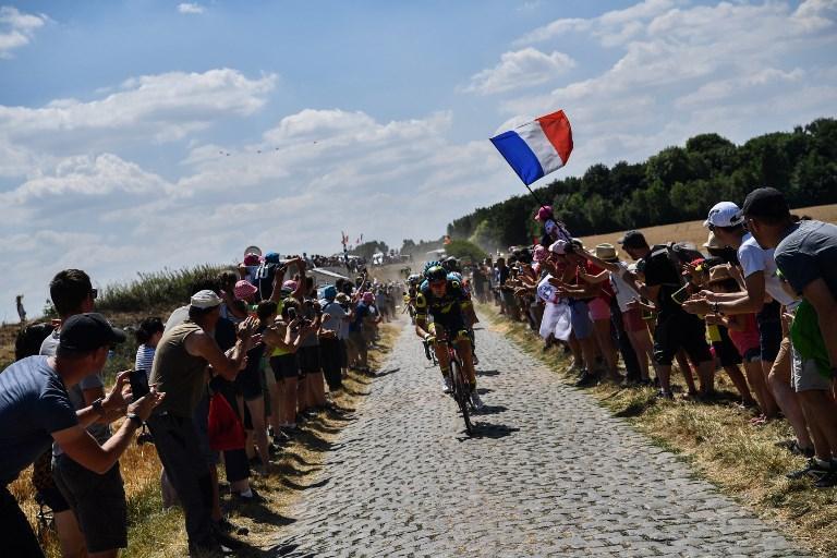 Jerome Cousin guida la fuga nella tappa tra Arras e Roubaix durante il Tour de France (15 luglio)