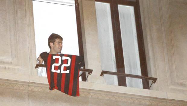 Kakà, gennaio 2009: il brasilano è destinato al City ma... ecco l'immagine che ne sancisce la permanenza al Milan. Ci resterà solo per pochi mesi ancora, però: in estate firma con il Real.
