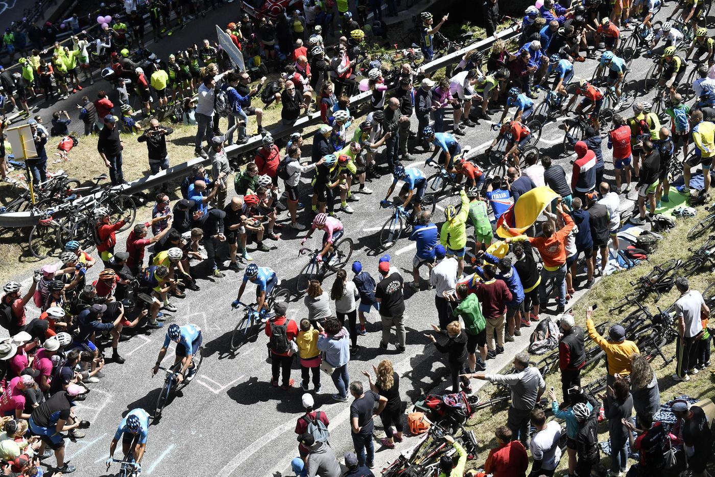 Il colombiano trova lo strappo decisivo sull'ultima salita e conquista la tappa di San Martino di Castrozza