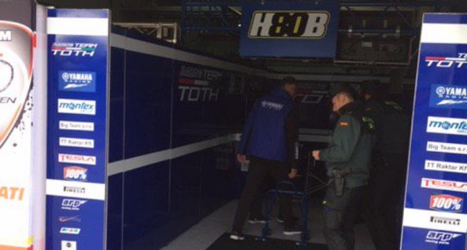 Supersport, incredibile ad Aragon: rubano la moto di Barbera dal paddock