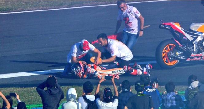 Marquez, troppo entusiasmo: gli esce la spalla durante i festeggiamenti