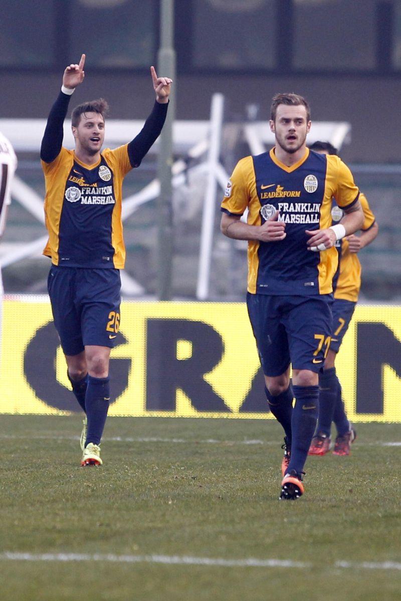 Prezioso successo del Verona, che supera il Parma e si allontana dalle zone calde della classifica. Al Bentegodi finisce 3-1 per la squadra di Mandorlini, che sblocca la partita con un destro di Sala (39') da fuori area. Gli emiliani trovano il momentaneo pareggio con una punizione di Lodi (64'), prima delle decisive reti firmate Toni (72') e Valoti (91'). I gialloblù restano ultimi con 9 punti in classifica. <br /><br />