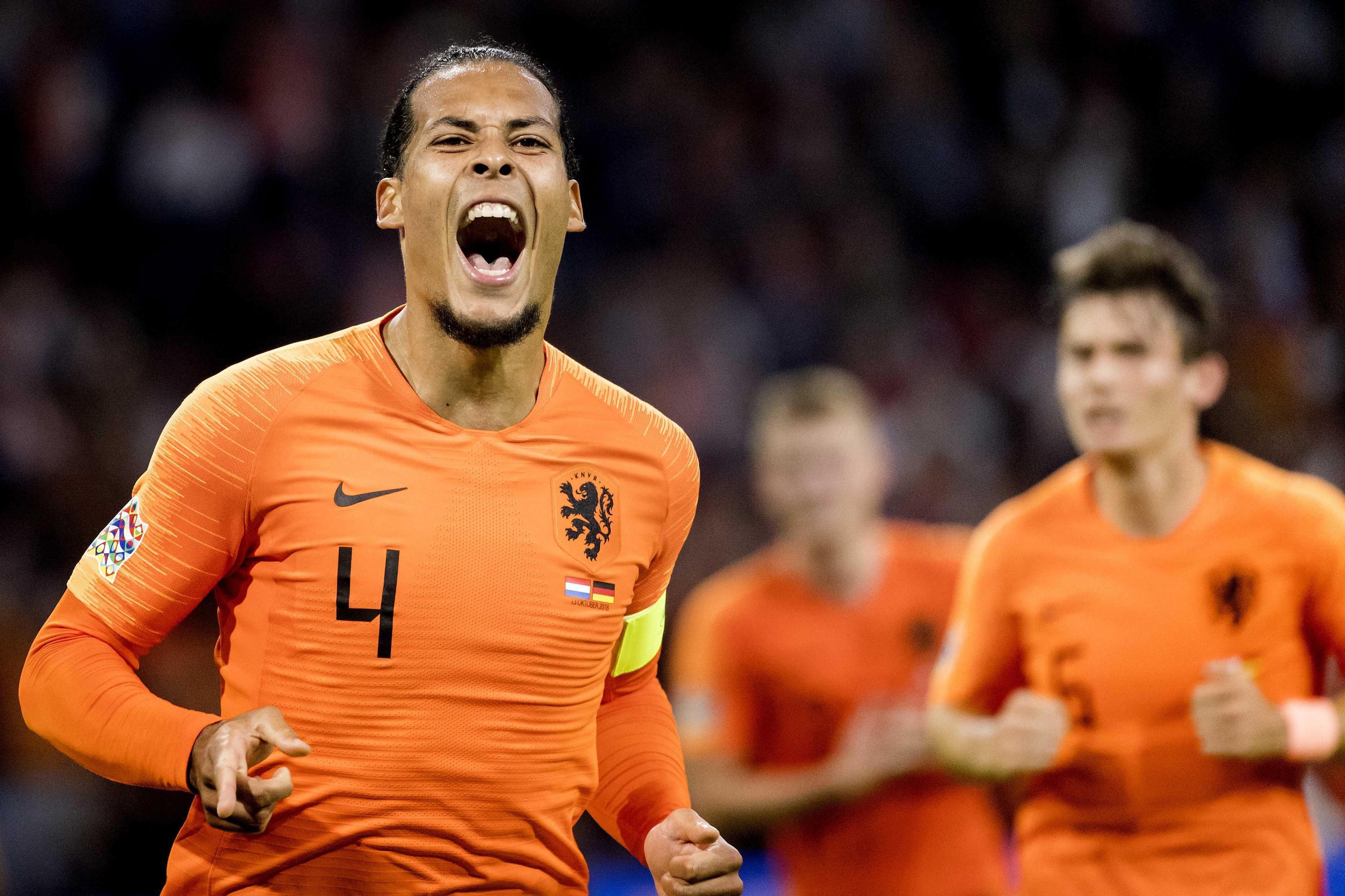 L' Olanda  torna a splendere battendo 3-0 la  Germania  nella terza giornata di Nations League ed amplificando la crisi dei tedeschi. Alla Johan Cruyff Arena di Amsterdam gli Oranje hanno trovato un gol per tempo passando in vantaggio con  Van Dijk  al 30' dopo la traversa di Babel. Nel finale il contropiede lanciato da Promes e chiuso da  Depay  ha definito il 2-0 prima del tris di Wijnaldum. Per la Germania di Loew il rischio retrocessione è concreto.