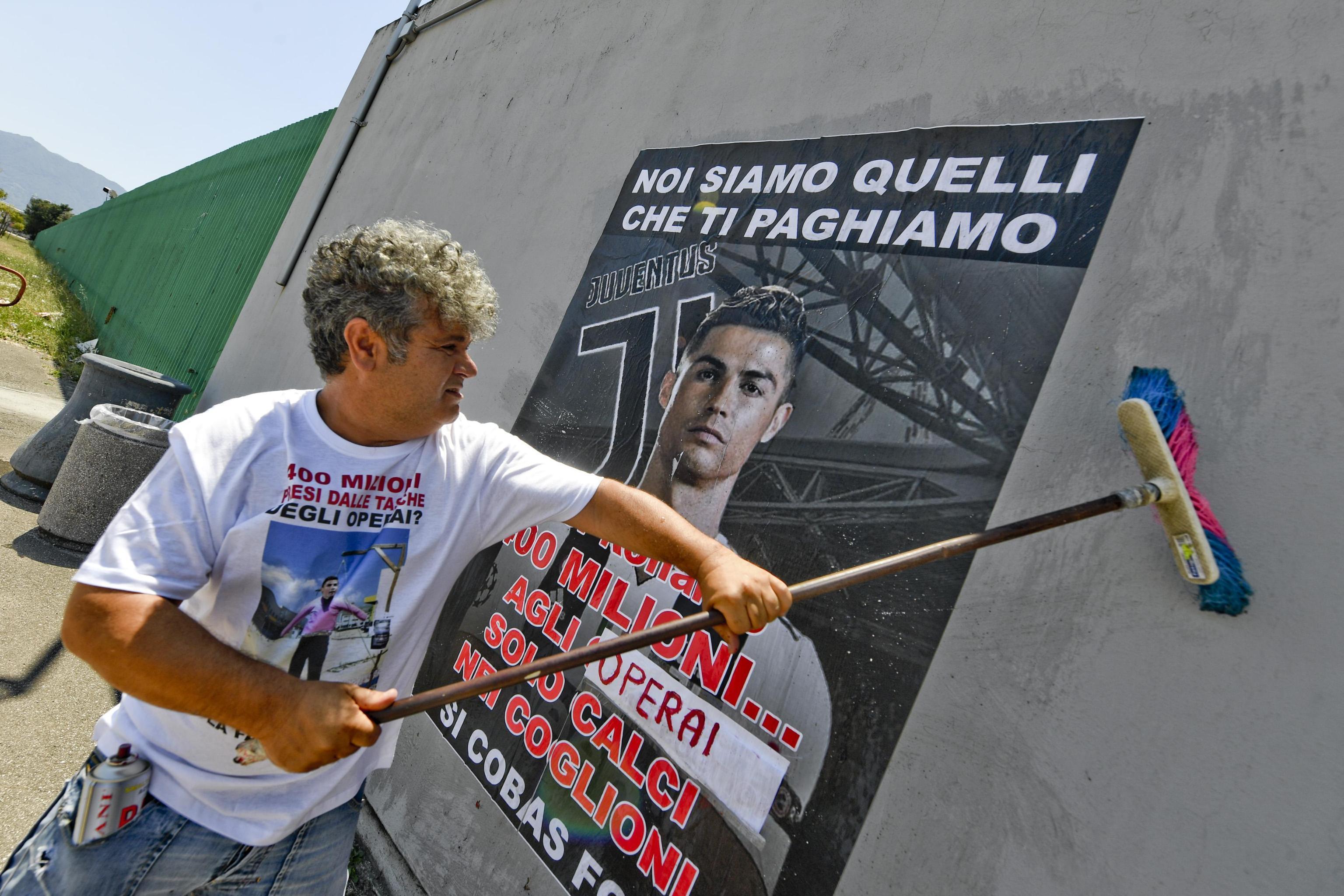 CR7-Juve, la protesta degli operai FCA di Pomigliano