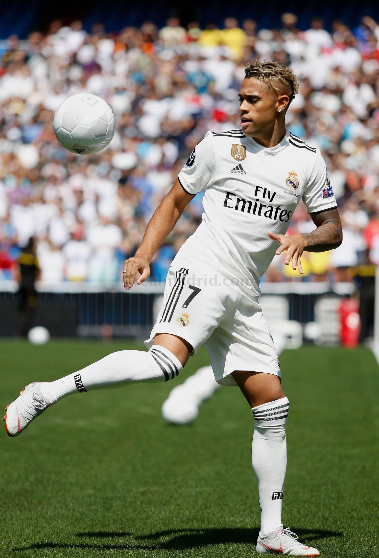 """Il Real Madrid cancella definitivamente Cristiano Ronaldo, assegnando la maglia numero 7 che per 9 stagioni è stata del fenomeno portoghese a Mariano Diaz, attaccante classe 1993, cresciuto nella Cantera dei blancos e reduce da una stagione folgorante con la maglia del Lione (21 gol in 42 presenze complessive). Il nuovo bomber è stato presentato allo Stadio Bernabeu e, dopo la presentazione, ha assaggiato il terreno di gioco.""""Per me la cosa importante non è il numero, è una sfida e un orgoglio portare questo numero che è stato indossato da diverse leggende. Era libero ed ero molto entusiasta di indossarlo"""" ha commentato."""