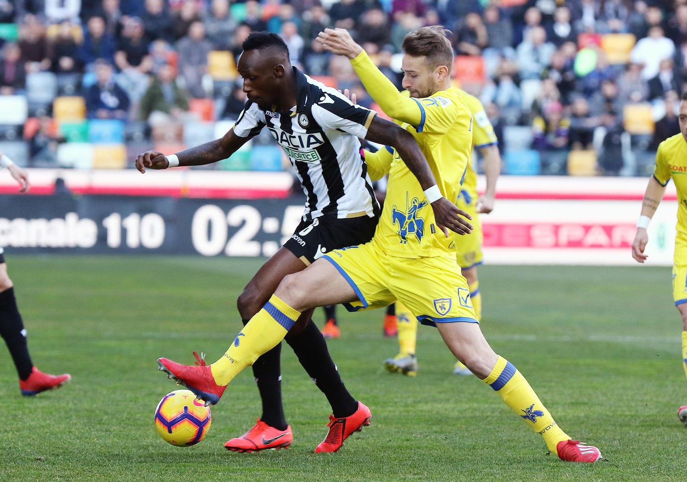 Nella 24a giornata di Serie A, l'Udinese batte 1-0 il Chievo e conquista 3 punti fondamentali per la salvezza. Inizio spumeggiante (Depaoli si divora il vantaggio di testa, Nuytinck colpisce il palo da 35 metri), poi poche emozioni. Nel finale l'episodio che la decide: Djordjevic tira una gomitata a Pussetto e Valeri assegna il rigore con il Var. Teodorczyk si fa ipnotizzare da Sorrentino, ma non sbaglia sulla ribattuta. Clivensi quasi spacciati.<br /><br />