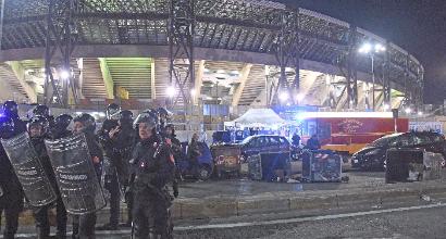 Napoli-Dinamo Kiev, scontri davanti San Paolo: taxi in fiamme