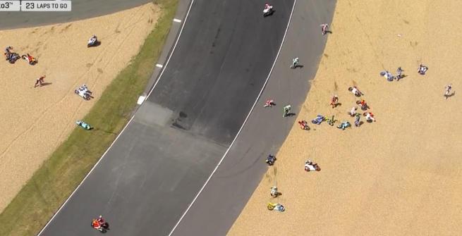 GP Francia, maxi incidente in Moto3: che rischio per i piloti!